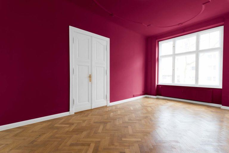 Malerarbeiten und Lackierarbeiten - Leerer Raum, weinrot gestrichen