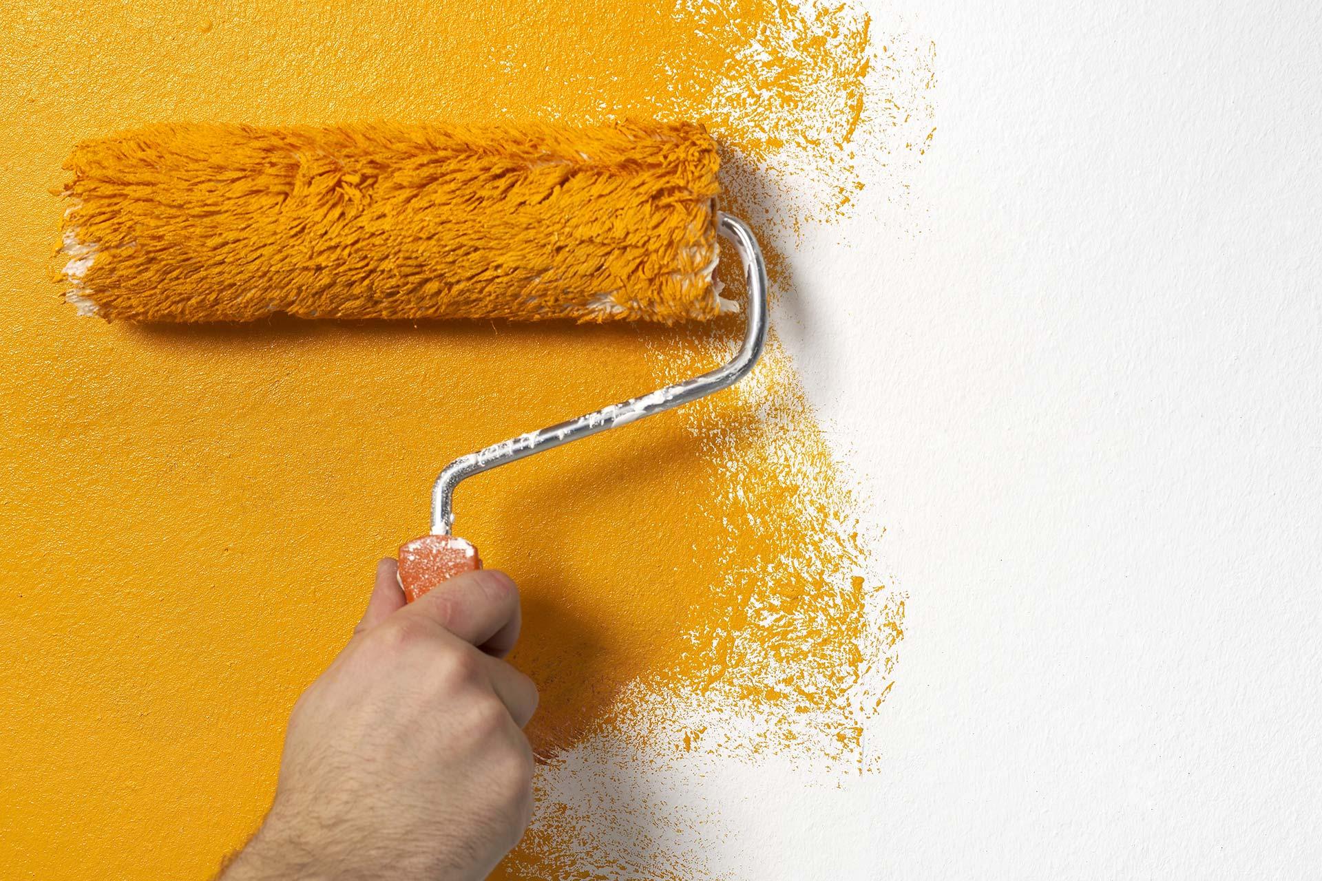 Malerarbeiten und Lackierarbeiten - Wand wird orange gestrichen