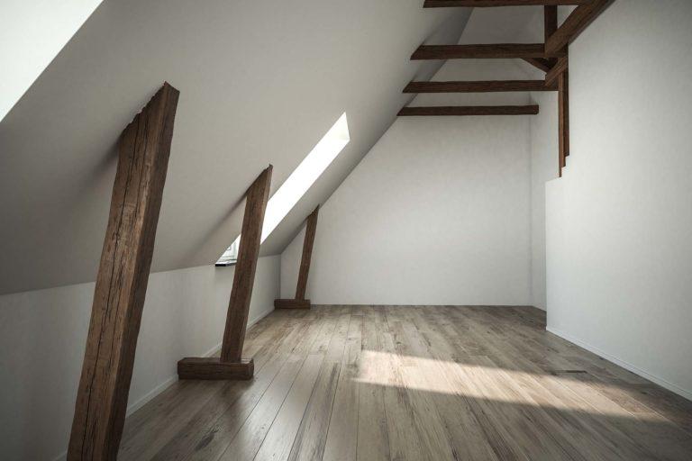 Putzarbeiten - Leeres Zimmer im Dachgeschoss mit Holzbalken