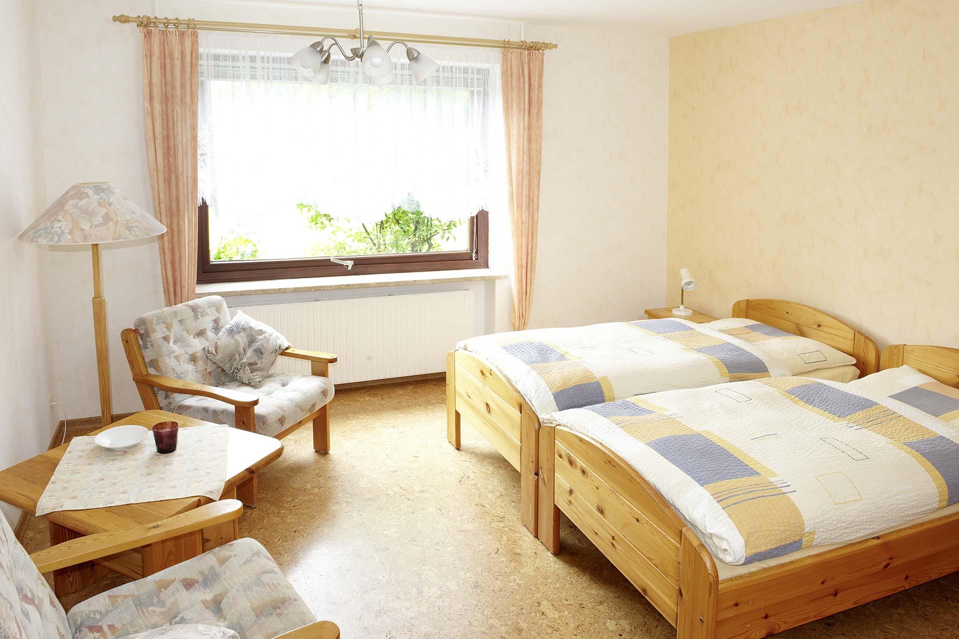 Tapeten & Farben - helles Schlafzimmer mit tapezierten Wänden