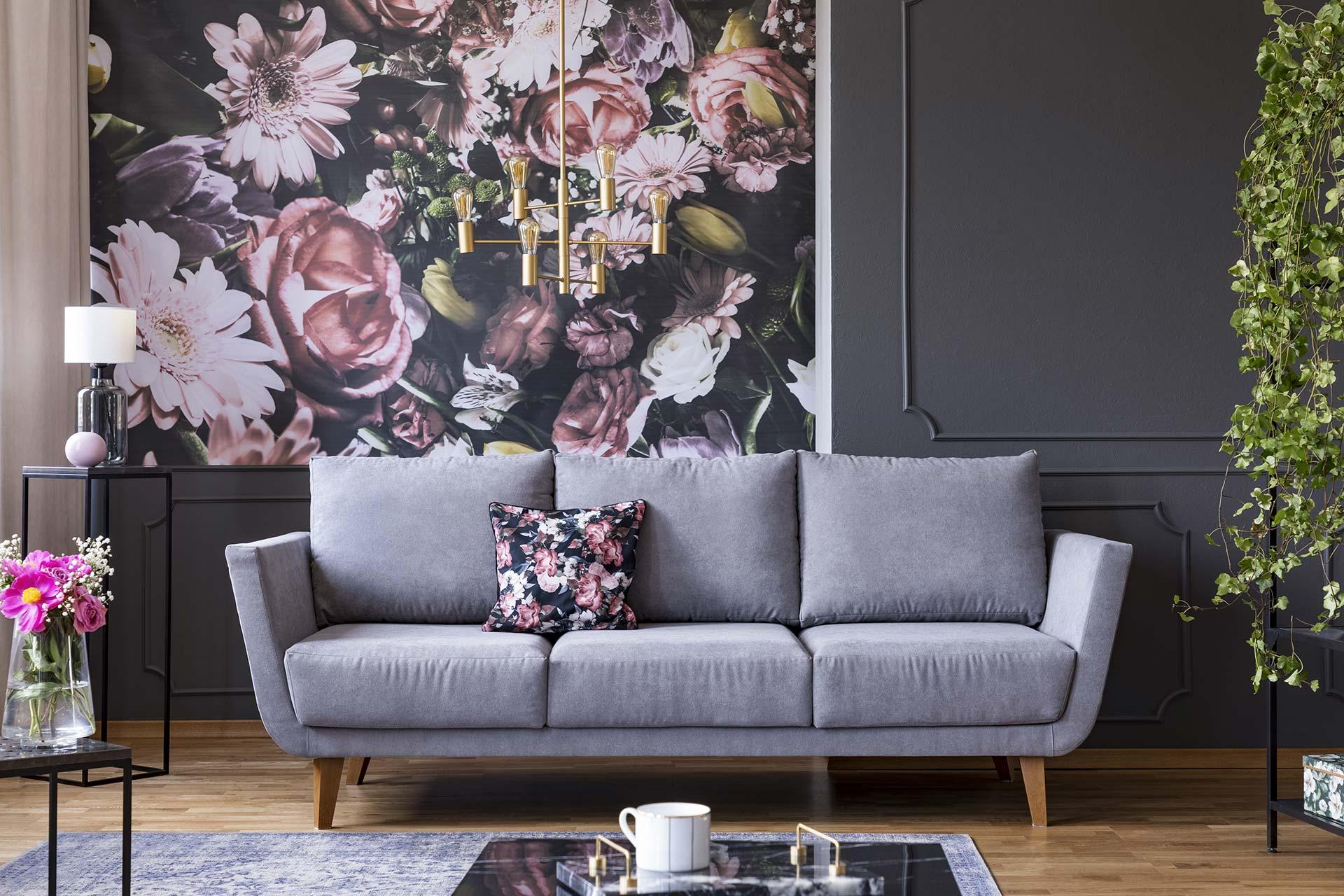 Tapeten & Farben - dunkle Lounge mit grauem Sofa und geblümter Fototapete