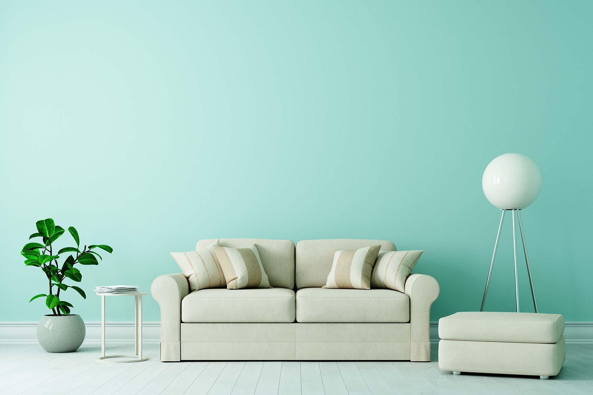 Leistungen - Sofa in Altbau Wohnzimmer mit moderner Einrichtung und Platz an der grünen Wand für eine Leinwand