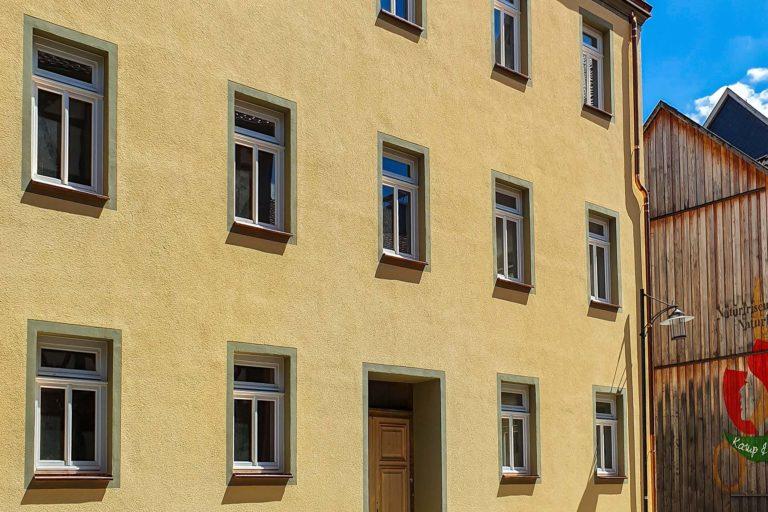 KLEWO Malermeister - Referenzen - Fassade, gelb, Fenster grün umrahmt